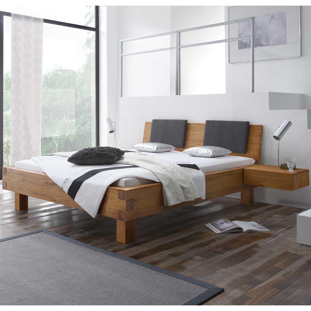 Holzbett aus Wildeiche Massivholz mit gepolstertem Kopfteil