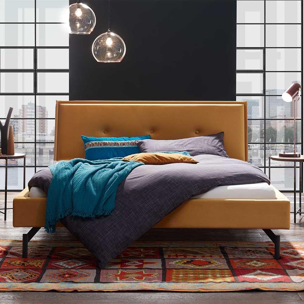 Niedriges Bett in Ocker Samt modern